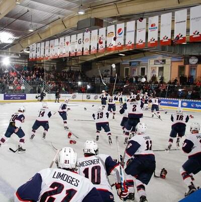 Les joueurs de l'équipe américaine se dirigent vers leur gardien de but afin de célébrer leur victoire en finale face à l'équipe Canada Est.
