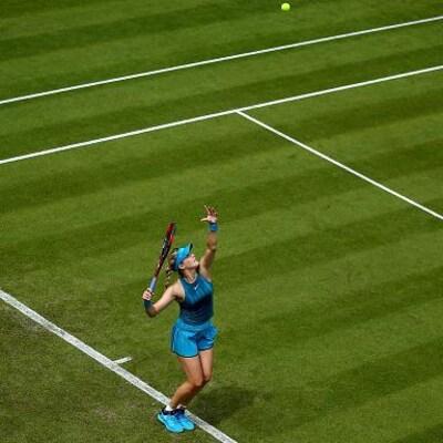Eugenie Bouchard au service lors de son match de troisième tour des qualifications à Birmingham