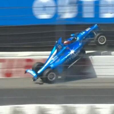 L'auto est à la verticale.
