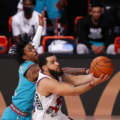 Deux joueurs de basketball