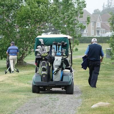 Des gens jouent au golf l'Empress de Pointe-au-Père.