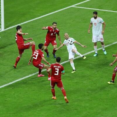 David Silva tente une frappe au milieu de la défense iranienne.