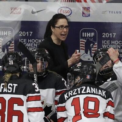 Laura Schuler derrière le banc de l'équipe nationale de hockey féminin