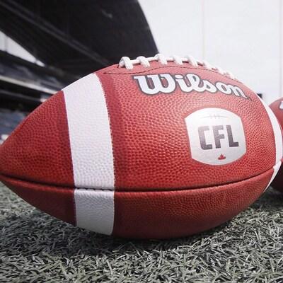 Deux ballons de football sur lesquels est écrit « CFL ».