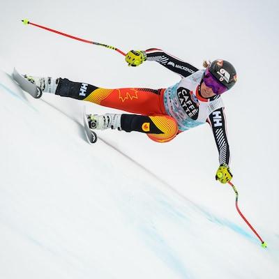 Une skieuse en plein action