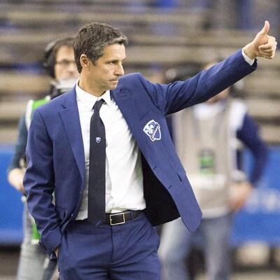 L'entraîneur-chef de l'Impact de Montréal, Rémi Garde, lève le pouce pour exprimer sa satisfaction au cours de la victoire de son équipe contre le Toronto FC.