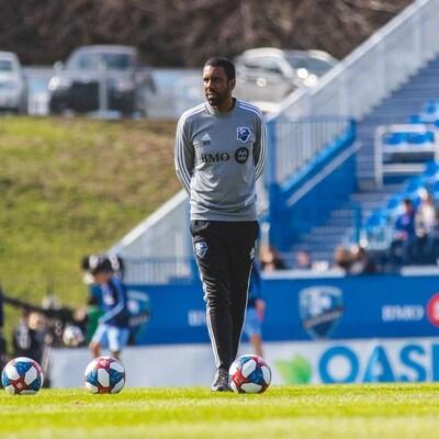 Wilfried Nancy observe des joueurs de soccer durant un entraînement.
