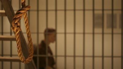 Un prisonnier est assis dans sa cellule en attendant son exécution.