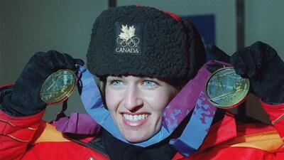 Myriam Bédard montre ses deux médailles d'or à Lillehammer.