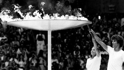 Sandra Henderson et Stephane Préfontaine allument la vasque olympique.