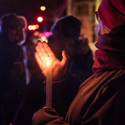 Le 29 janvier 2017, des gens font une veillée en hommage aux victimes de l'attentat au Centre culturel islamique de Québec.