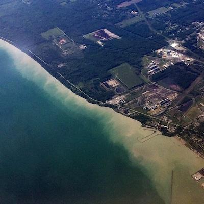 Vue aérienne du lac Érié en juin 2017 alors que les berges sont englouties par les eaux.