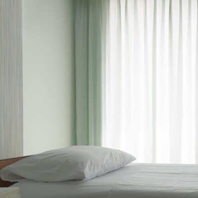Un lit d'hôpital vide.