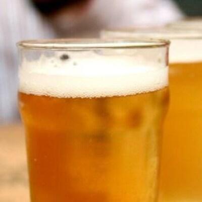 Une photo de verres de bière en gros plan.