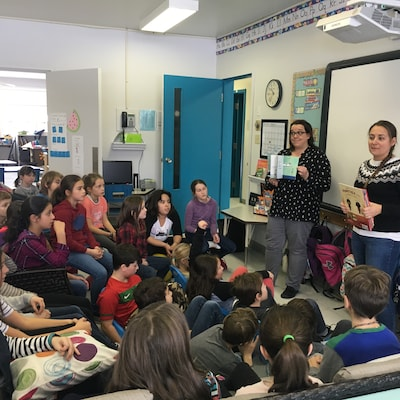 Isabelle Richard (à gauche) et Cindy Labillois (à droite) expliquent conjointement un exercice d'écriture à leurs 44 élèves