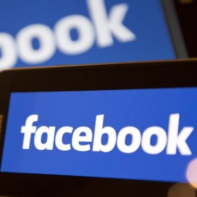Un écran d'ordinateur et un écran de téléphone affichant Facebook