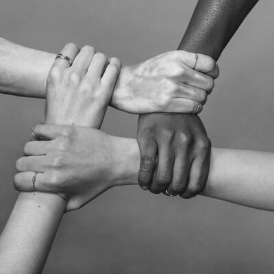 Un groupe de personnes de toutes les origines se donnent la main.