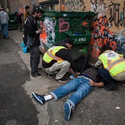 Un homme fait une surdose dans une ruelle du quartier Downtown Eastside à Vancouver.