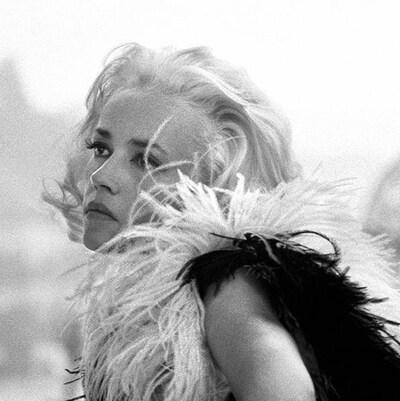 Jeanne Moreau en 1966 dans le film La baie des anges, cheveux blonds et vêtue d'un boa en plumes