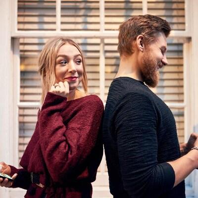 Une femme et un homme se parlent à l'aide d'une application de rencontre.