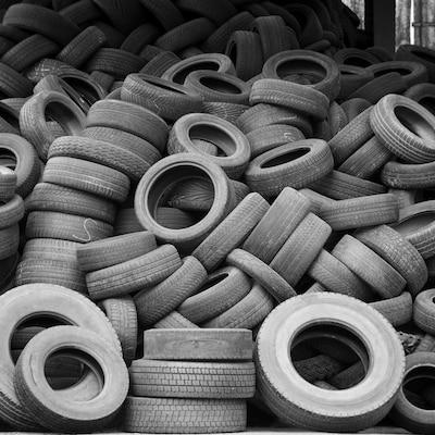 Un tas de pneus usagés.