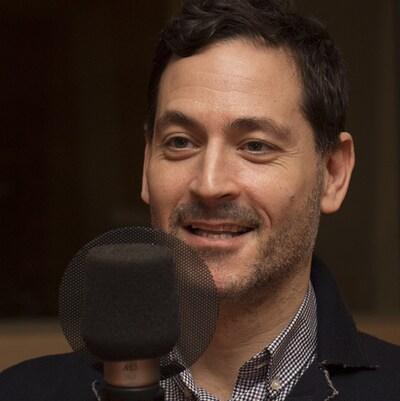 Dan Bilefski au studio 18 de Radio-Canada, à Montréal, le 11 décembre 2017