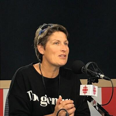 Une femme est en entrevue à la radio.