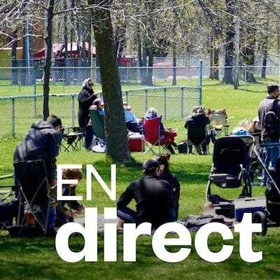 Des personnes assises dans un parc.