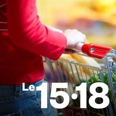 Une femme poussant un panier d'épicerie.