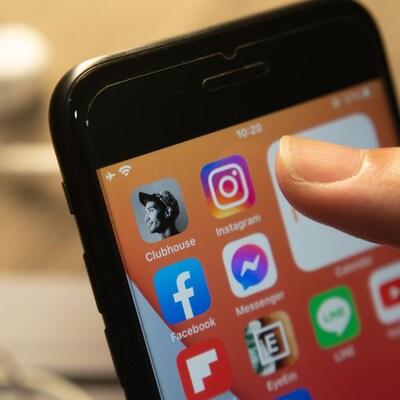 L'icône de l'application, qui montre le profil d'un homme, sur un écran d'iPhone.