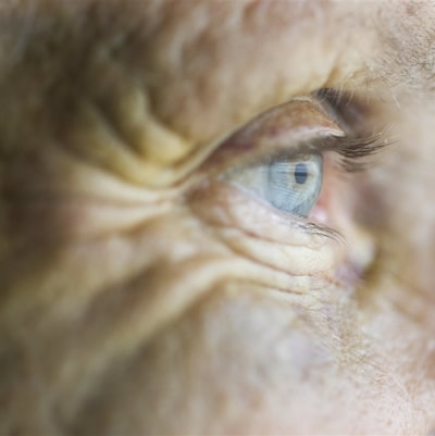 Oeil bleu d'une personne âgée
