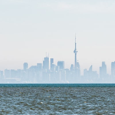 On distingue la tour du CN au loin alors que les édifices sont entourés de brouillard.