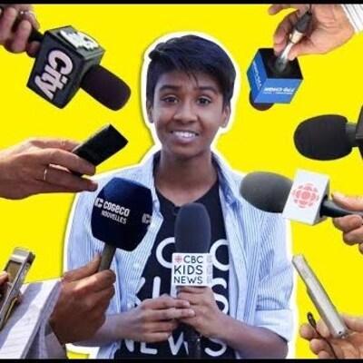 Un montage photo où plusieurs micros sont pointés vers un jeune homme souriant.