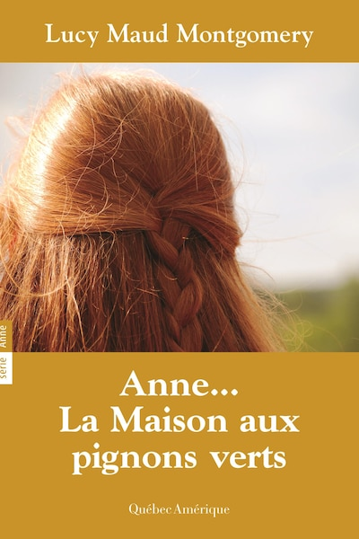 Couverture du livre Anne... La maison aux pignons verts, de Lucy Maud Montgomery, réédition 2001. On y voit la chevelure rousse tressée d'Anne, photographiée de dos.