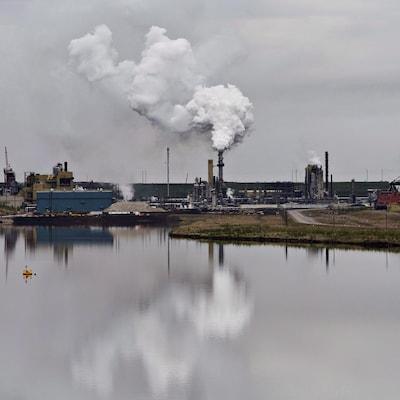 Une installation d'extraction de sables bitumineux près de la ville de Fort McMurray, en Alberta.