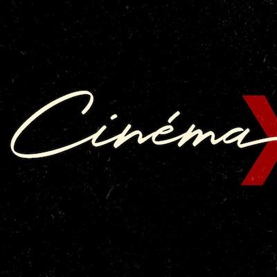 Un carton noir sur lequel est écrit Cinema x 3 en blanc et rouge.