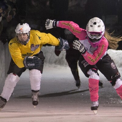 Alexis Jackson des États-Unis et Jaqueline Legere du Canada en compétition dans la finale de la septième étape du championnat d'Ice Cross Downhill ATSX à la Coupe Riders de Bathurst au Nouveau-Brunswick, Canada, le samedi 7 février 2016.