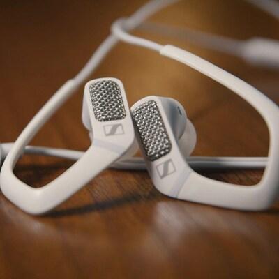 Un gadget qui ressemble à une paire d'écouteurs.