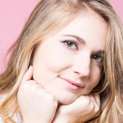 Sur la photo, Rosalie Vaillancourt a de longs cheveux blonds.