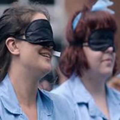 Des cobayes féminins portent un bandeau noir sur leurs yeux.