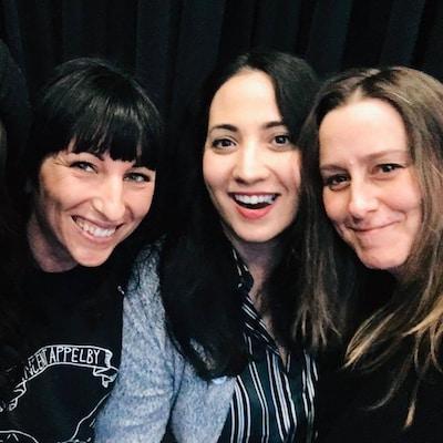Quatre femmes prennent un égoportrait. Elles ont le sourire aux lèvres.