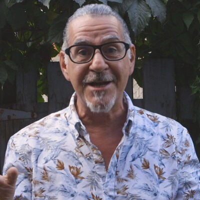L'animateur Jean Lessard présente la nouvelle saison de son émission en utilisant ses mains devant la caméra.