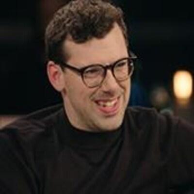 Simon Boulerice sourit dans les studios de <i>Pour emporter</i>.