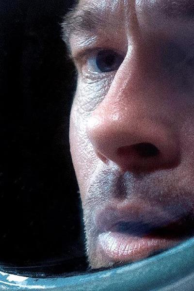 Un homme (Brad Pitt) portant un casque de cosmonaute en très gros plan.