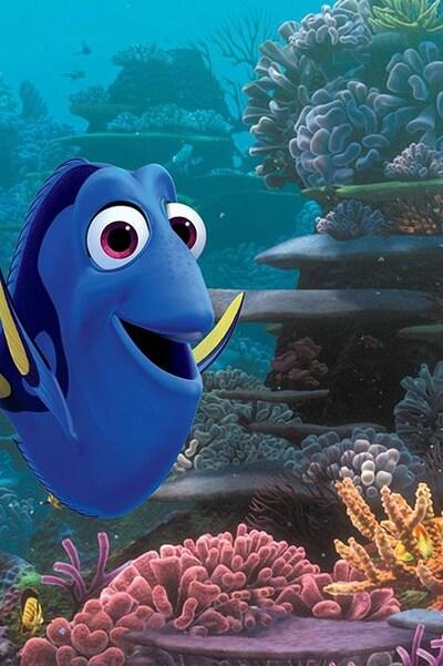 Une image du dessin animé Trouver Doris montrant un poisson bleu souriant, dans l'océan.