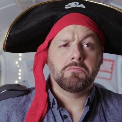 Il porte un bandeau de pirate rouge et un chapeau
