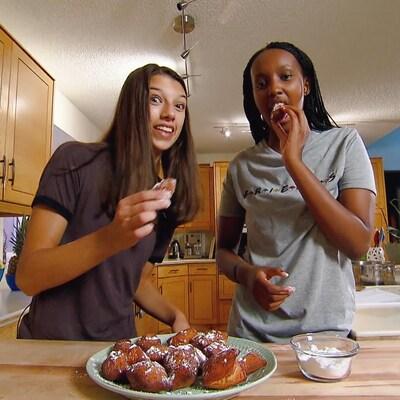 Cléa et Kate mangent les mandazis qu'elles ont faites.