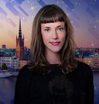 L'animatrice Catherine Pogonat, souriante, présente le concours un grand voyage en Scandinavie grâce à L'effet Pogonat.