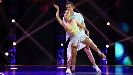 Claudia Bouvette et Pier-Luc Funk dans un mouvement de danse contemporaine.
