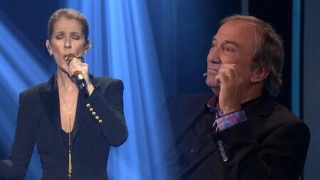 La chanteuse chante, les yeux fermés, pendant que Claude Dubois, assis, écoute, ému.